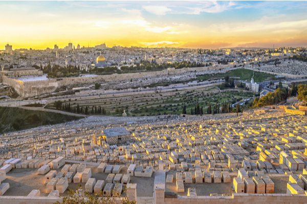 Mount of Olives cemetery overlooking the Temple Mount (Shutterstock)